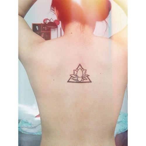 hình xăm hoa sen tam giác