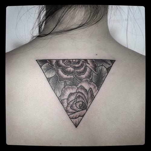 hình xăm lưng tam giác