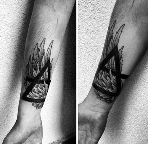 hình xăm tam giác nhỏ ở cổ tay