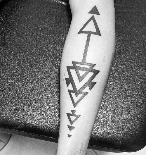 hình xăm tam giác ở bắp tay