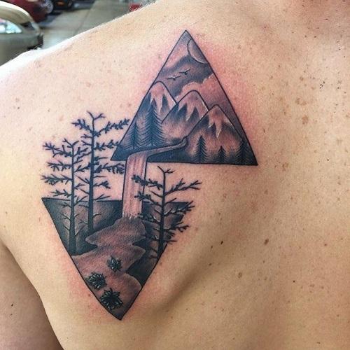 hình xăm tam giác ở lưng