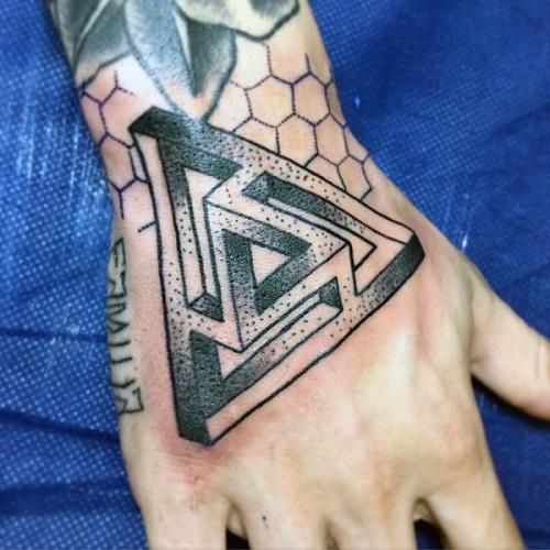 hình xăm tam giác tại mu bàn tay