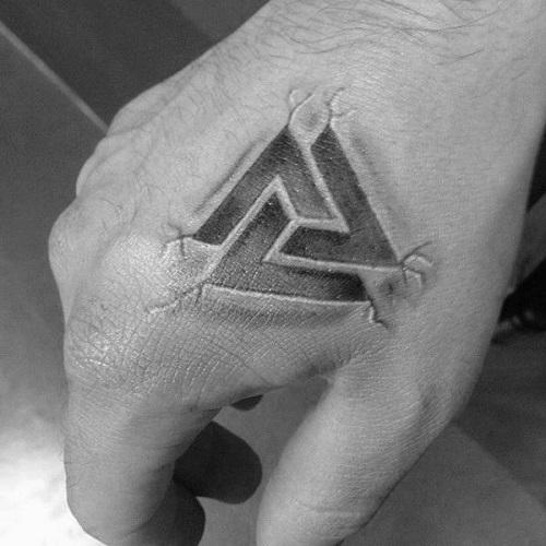 hình xăm tam giác trên mu bàn tay