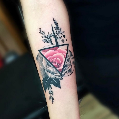 xăm hình tam giác hoa hồng