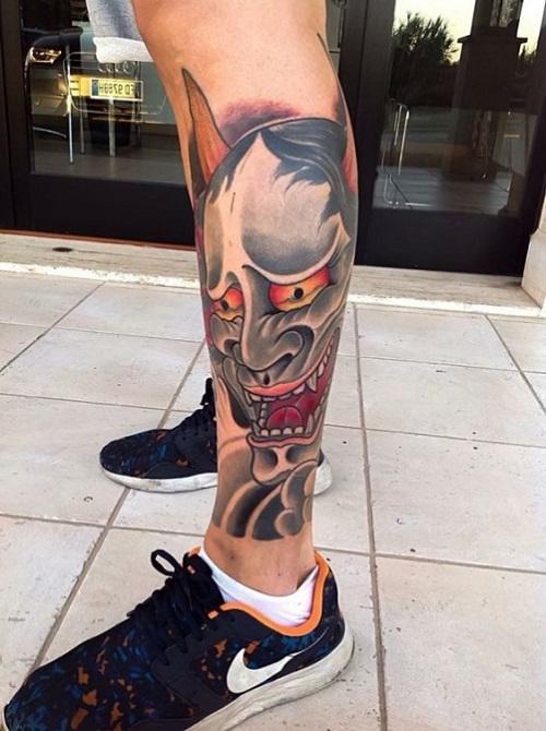 hình xăm mặt quỷ ở bắp chân